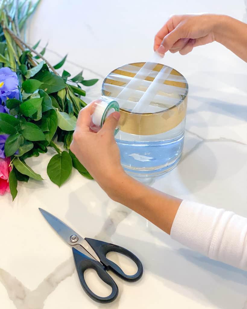 Floral tape on vase: how to make a spring floral arrangement