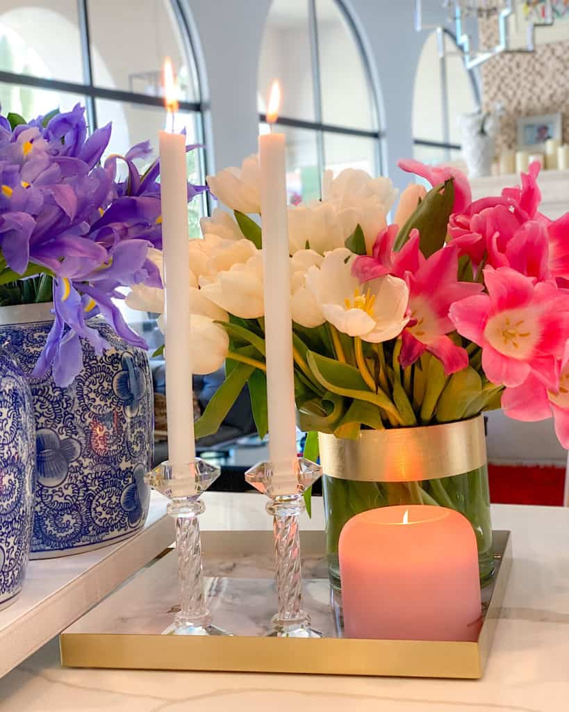 How to create a spring flower arrangement: candles and flowers on a tray.